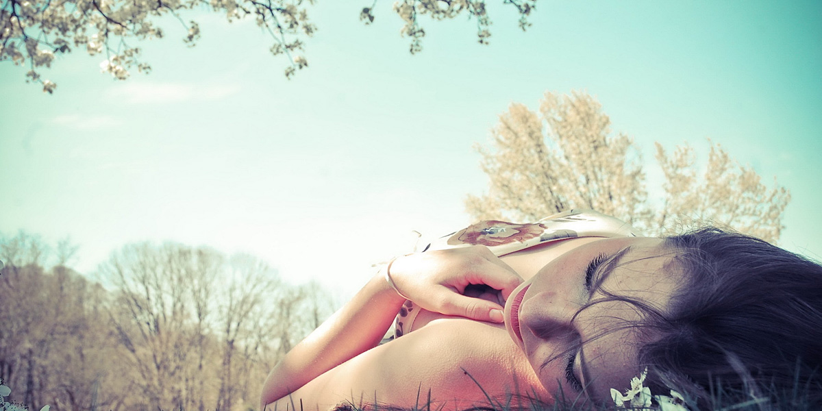 girl-lying-on-the-grass-hd-wallpapers